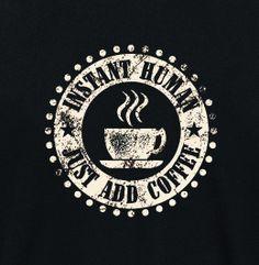 """Je kunt 's ochtends niet wakker worden zonder een kop #koffie? Dan is dit """"Instant Human"""" T-shirt misschien wat voor jou! Klik op de afbeelding voor de beschikbare maten. #coffee #funshirt"""