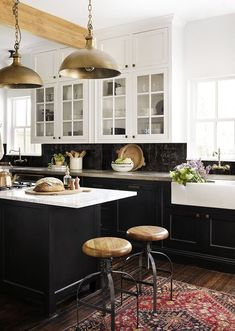 Joanna Gaines Style 249668373079764154 - Two-toned cabinetry….with white countertops….makes a good statement here. (Joanna Gaines black kitchen) Source by Home Decor Kitchen, Rustic Kitchen, Diy Kitchen, Kitchen Dining, Decorating Kitchen, Kitchen Ideas, 1950s Kitchen, Cheap Kitchen, Kitchen Chairs