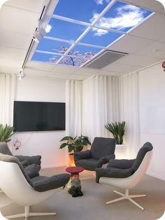 SKY LED wirtualne okno sufutowe zainstalowane w poczekalni. Świetliki LED oświetlone są zrównoważonym światłem dziennym.  Poczekalnia, dekoracja sufitu, wyposażenie wnętrza.