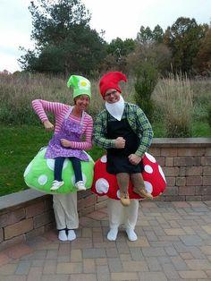 diy costumes GnomeS on Mushrooms Gnome auf Pilzen Cool Couple Halloween Costumes, Halloween Costume Contest, Family Costumes, Creative Halloween Costumes, Diy Costumes, Halloween Party, Gnome Costume, Maquillage Halloween, Halloween Disfraces