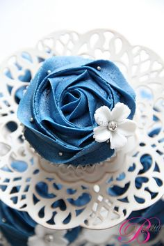 Blue & white cupcake. Love the little delicate flower.