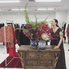 母の家で花を生けた後は、事務所に行って花生け。#houseoflotus #ハウスオブロータス Love Fashion, Flower Arrangements, Interior Decorating, Tapestry, Style Inspiration, My Style, Sweet, Creative, Flowers