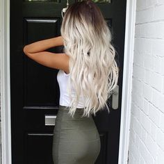 What exactly is Balayage Hair and why do we love it so much? As the name implies, Balayage is a French technique whose goal is to color the hair by adding very soft and. Hair Inspo, Hair Inspiration, Color Del Pelo, Ash Blonde Hair, Blonde Hair With Dark Roots, Platinum Blonde Balayage, Platinum Hair, Princess Hairstyles, Queen Hair