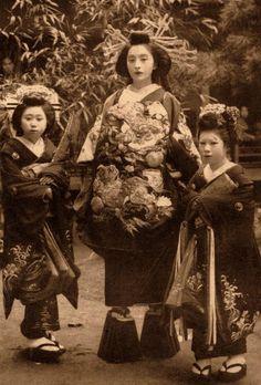 "Photograph of an Oiran, or ""courtesan"". Oiran were NOT Geisha, Geiko, or Maiko… Japanese History, Japanese Beauty, Japanese Culture, Japanese Fashion, Japanese Kimono, Japanese Art, Geisha Samurai, Vintage Photographs, Vintage Photos"