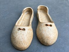 Zapatitos decoración Pottery, Flats, Shoes, Fashion, Ceramic Shoes, Guys, Sculptures, Art, Children