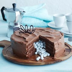 Tässä täyteläisessä kakussa on suklainen pohja ja pehmeä täyte. Kun kakkua leikkaa, paljastuu raikas yllätys; kakun sisään on piilotettu Marianne-rakeita. Baking Recipes, Cake Recipes, Dessert Recipes, Delicious Desserts, Yummy Food, Something Sweet, Christmas Baking, Let Them Eat Cake, No Bake Cake