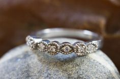 Als Hochzeitsring!  Das Art-Deco-Ring in 14 Karat Weißgold gefertigt. Die Steine in den Ring sind Diamanten 0,15 Ct I / I.  Wenn Sie Vintage-Ringe wie der Blick dieser Ring ist für Sie!  Erhältlich auch in...