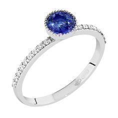 Malmin Korupajan upea Vintage-malliston Lilith -timanttisormus on nimetty feminiinisyyden, rohkeuden, vapauden ja voiman esikuvan, Lilith-jumalattaren, mukaan. 14K valkokullasta valmistetun sormuksen keskikivenä näyttävä 5 mm sinisafiiri, jota ympäröi pitsimäinen tynnyri-istutus. Siroa, puolipyöreää runkoa koristavat pienemmät, J/VS timantit. Sormuksen runko on muotoiltu siten, että sen rinnalle istuu kauniisti esimerkiksi siro rivitimanttisormus. Malm, Sapphire, Engagement Rings, Vintage, Jewelry, Enagement Rings, Wedding Rings, Jewlery, Jewerly