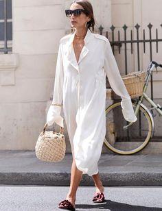 10 Motivos para investir numa bucket bag. Vestido chemise branco, bolsa balde de crochet, rasteirinha com laço