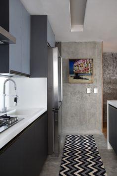 Apartamento pequeno e integrado se renova com revestimentos e boas ideias de marcenaria Open Kitchen, Kitchen Dining, Kitchen Decor, Interior Design Kitchen, Interior Decorating, Small Room Design, Small Apartments, Home And Living, Home Kitchens