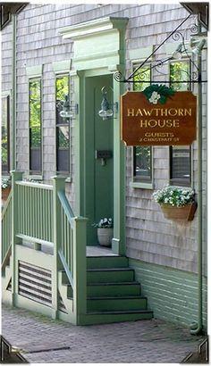 Hawthorn House inn on Chestnut Street smack in the center of Nantucket's historic district. Nantucket Style, Nantucket Island, Nantucket Beach, Coastal Style, Rhode Island, New Hampshire, Vermont, Massachusetts, Puertas