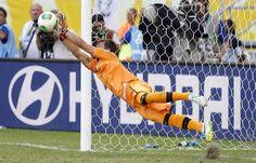 SAL62 SALVADOR DE BAHÍA (BRASIL), 30/06/2013.- El guardameta de la selección uruguaya Fernando Muslera detiene uno de los penalties durante el partido por el tercer y cuarto puesto de la Copa Confeder