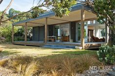 Open deck with flat roof in a contemporary design Old Style House, New Zealand Architecture, Flat Roof House, Porch Addition, Modern Prefab Homes, Beach Properties, Beach Shack, Architect Design, Beach Cottages