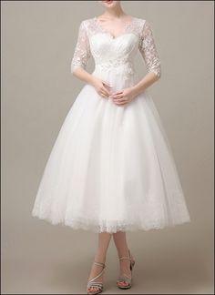 Vintage-Brautkleid in Teelänge im Stil der 50er Jahre, mit V-Ausschnitt, Schnürung und Spitzenrock mit Tüll.