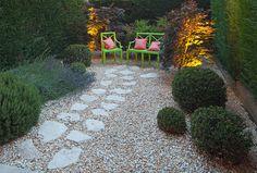 giardini con pietre sedia da giardino di design di lusso arredate con un colore verde, e una piccola pietra nel giardino