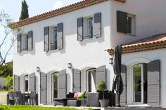 The tradition, very current - Mas Provence, regional leader of the construction . Exterior Siding, Exterior Design, Style At Home, Shutter Colors, Home Design Plans, Trendy Home, Residential Architecture, Bars For Home, Home Fashion