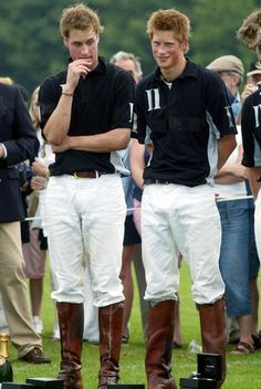 British Prince William (L) and brother Prince Harry (R) wait to recieve their prizes at the end of the Calcot Manor Hotel polo cup on June 2003 at Tetbury, Gloucestershire. The day after Prince Williams birthday at Windsor castle. Prince William And Harry, Prince Harry And Meghan, Prince Charles, British Prince, British Royals, Principe William Y Kate, Prinz William, English Royal Family, Polo Match