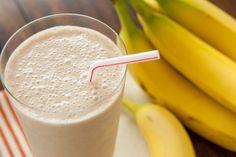 Dit recept beschrijft hoe je een bananensmoothie met pindakaas maakt.