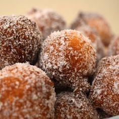 Castagnole de Ricota, o doce de carnaval preferido aqui em casa! Receita no Site: http://receitaitaliana.com/video-receita-de-castagnole-de-ricota/ #roma #rome #receitaitaliana #receitas #receita #recipe #ricetta #cibo #culinaria #italia #italy #cozinha #belezza #beleza #viagem #travel #beauty #castagnole #doce #sweet #dolce #sobremesa #dessert