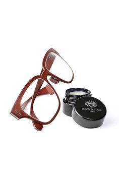 With time and wear, cow leather will acquire a unique patina. The allure and resilience of your leather frame will depend on the way you maintain it. The Minotaure Full Rim, Half Rim and Gilded spectacles are delivered with their own nurturing wax.