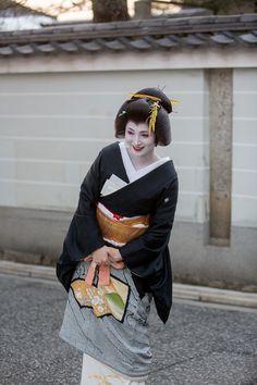 Shigyoshiki 2015: geiko Umewaka wearing a shibori kimono and unusual white juban (SOURCE - YASU733)
