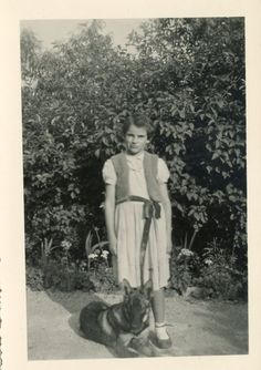 Photo ancienne vintage snapshot enfant child fillette little girl chien dog 1950