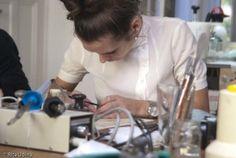 Taller de restauración de Hildegard Homburger. A. Lagerqvist reparando un desgarro con espátula caliente y cola de esturión.