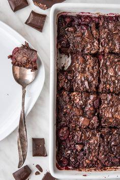 Pieczona owsianka czekoladowa z wiśniami (7 składników) - Wilkuchnia Real Food Recipes, Healthy Recipes, Good Food, Yummy Food, Tasty, Oatmeal Smoothies, Diy Food, Food Inspiration, Breakfast Recipes