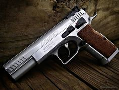 Manufacturer: EAA / Tanfoglio Mod. Witness Elite Limited Type - Tipo: Pistol Caliber - Calibre: 40 S&W Capacity - Capacidade: 15 Rounds Barrel length - Comp.Cano: 4.75 Weight - Peso: 1275...