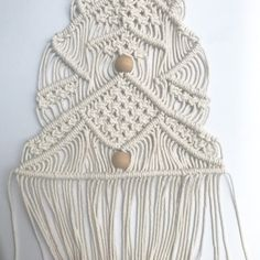 How to Macramé Christmas Tree Wall Hangings - Kylee Pratt - Ich Folge Wall Christmas Tree, Crochet Christmas Trees, Christmas Tree Pattern, Office Christmas, Xmas Tree, Christmas Ideas, Macrame Wall Hanging Patterns, Macrame Patterns, Crochet For Kids