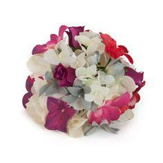 Ramillete de flamenca. Hortensias blancas combinadas con pequeñas rosas de pitiminí en buganvilla, lilas en tono plateado y jazmines mezclados en rosa y buganvilla.