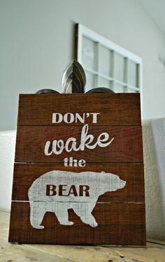 "Reclaimed rustikale Holz Schild: Don Wake the Bear 10 ""x / / Kabine / / Nursery / … - Deko ideen Cabin Nursery, Woodland Nursery, Nursery Room, Bear Signs, Cabin Signs, Nursery Themes, Nursery Ideas, Room Ideas, Kabine"