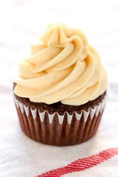 Learn how to make buttercream frosting with this easy tutorial. This is the BEST recipe for homemade buttercream, it pipes perfectly, and makes a great base for other frosting flavors too! Homemade Buttercream Frosting, Buttercream Wedding Cake, Frosting Recipes, Cupcake Recipes, Baking Recipes, Cupcake Cakes, Buttercream Bakery, Butter Frosting, Cupcake Frosting