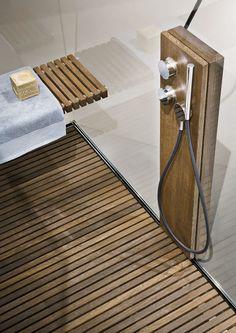 La doccia con pedana in legno: un elemento perfetto se vuoi realizzare un bagno rustico. Quali sono gli altri elementi che non possono mancare? Scoprilo nella guida del mio blog. Buona lettura! #bagno #arredobagno #arredamento #doccia #bathroomdesign #bathroom #salledebain