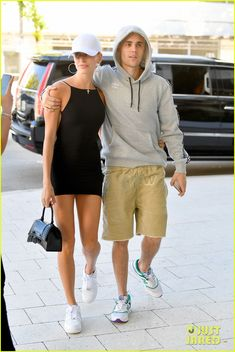 Justin Bieber Holds Hands with Wife Hailey as They Head to Lunch: Photo Justin and Hailey Bieber hold hands as they head to lunch at the Rusty Pelican on Friday afternoon (November in Miami, Fla. The singer kept things… Modell Street-style, Lunch Photos, Justin Hailey, Just Jared Jr, Old Singers, Male Celebrities, Street Outfit, Hailey Baldwin, Justin Bieber