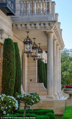 Luxury homes the definition of timeless grandeur Classic House Exterior, Classic House Design, Dream House Exterior, French Mansion, Modern Mansion, English Cottage, Beverly Hills Mansion, Mansion Interior, Luxury Homes Dream Houses