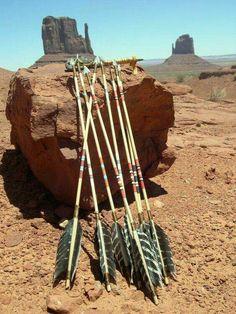 Native Sagittarius - Sagittarius Women - The Archer - Navajo Indian bow and feather arrows Indian Tribes, Native Indian, Native Art, American Indian Art, Native American History, Native American Indians, Apache Indian, Wie Macht Man, Indian Artifacts