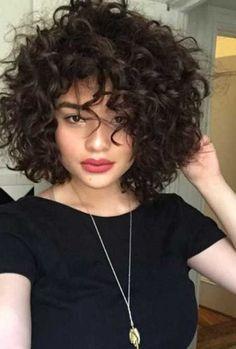 Qui a dit aux cheveux frisés dames ne peuvent rock des cheveux courts? Eh bien, nous sommes d'accord que ce n'est pas une tâche facile pour le style de cheveux bouclés ou pour trouver la meilleure coupe de cheveux pour correspondre à vos formes de visage et la texture naturelle, mais il n'est pas une …