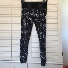 Mondetta Leggings Cool geometric print leggings.  Pocket in back with pink accent, fits key or money etc.  worn once, excellent condition and no signs of wear.  Selling cheaper through ️️ or Ⓜ️ercari!  Lululemon look alikes! Pants Leggings