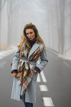 How To Wear A Blanket Scarf, Ways To Wear A Scarf, How To Wear Scarves, Outfits Otoño, Winter Outfits, Fashion Outfits, Fashion Scarves, Look Fashion, World Of Fashion