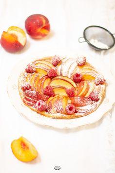 La tarte fine aux nectarines est le dessert parfait des repas d'été. Une pâte feuilletée fine et croustillante, des fruits frais, c'est une recette facile.