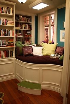 love the comfy bench next to the shelf. what a great place to read!