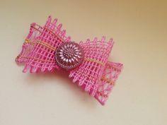 美しいチェコの「ガラスボタンを使った便利なリボン」を編みませんか?試作2号。パールピンクのボタンに合わせて、甘いお菓子みたいなリボン。ポロホッドとプラートノで編み方を変えてソフトな印象に。(ゆ)20140929