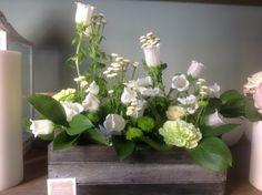 composizione di fiori bianchi nella cassetta di legno