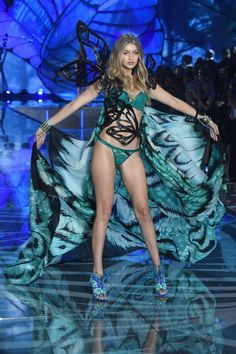 Pin for Later: Seht alle Fotos der Victoria's Secret Fashion Show Gigi Hadid