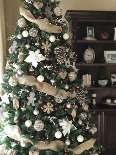 OMG! I love this rustic farmhouse Christmas tree in neutral colors! Lots of farmhouse holiday decorating ideas!