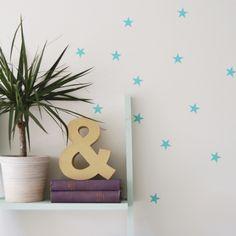 Vinilos en forma de estrellas para decorar cualquier rincón de tu casa. Son mates y están hechos en España. Los vinilos son perfectos para decorar sin dejarte una fortuna, dando un aire diferente a una pared, puerta o espejo de tu casa. Pero también puedes utilizarlos sobre muebles o jarrones y tanto en interior como en exterior. Elpaquete contiene 66 unidades. Alto: 2,77 cm. Ancho: 2,91 cm.