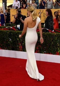 Reese Witherspoon killer curves in a white dress on red carpet