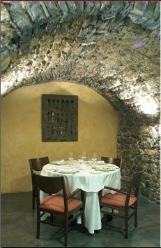 Fonda Xesc (Gombrèn. El Ripollès). A Gombrèn, comarca del Ripollès i terra del comte Arnau, a quasi mil metres d'altura, a migdia dels Pirineus, trobem la Fonda Xesc, que va obrir les seves portes el 1730. Una fonda que ha esdevingut un restaurant de referència de la mà del seu propietari i cap de cuina, Francesc Rovira. TopGirona nº33