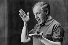 Pierre Boulez-chef d'orchestre inventa sa propre gestique. Invité du Centre Acanthes à la Chartreuse de Villeneuve-lez-Avignon en 1988, il donna quelques cours mémorables de direction d'orchestre devant l'objectif de Guy Vivien et la caméra d'Olivier Mille.
